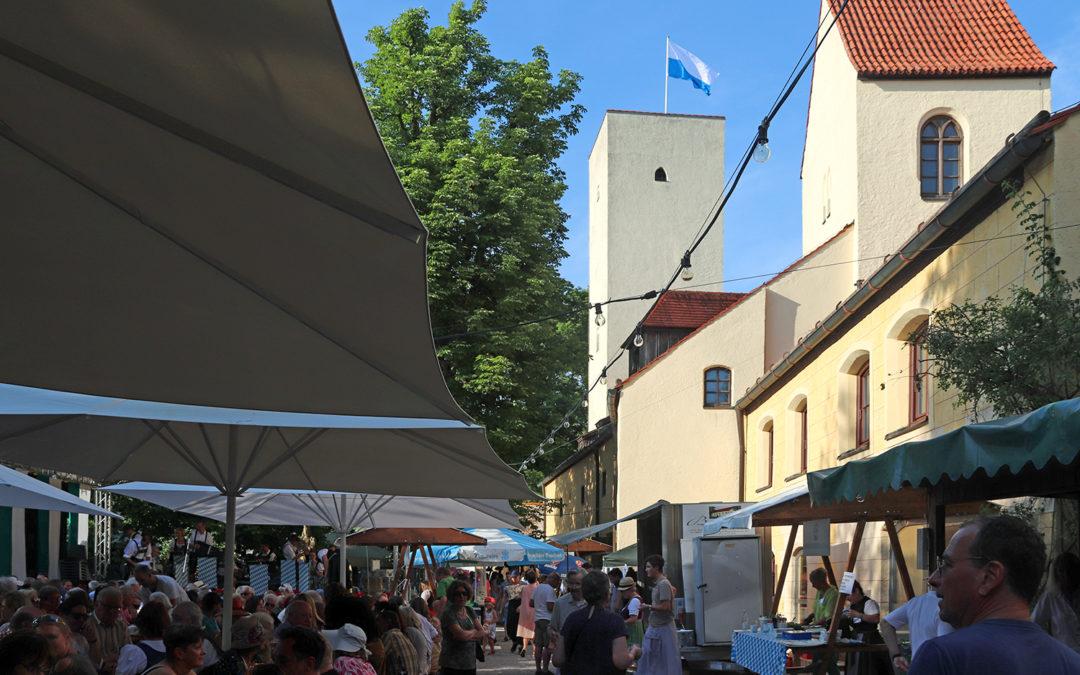 Sonne, Wolken und nur ein kurzer Regenschauer – eine fast ungetrübte Feststimmung beim Burgfest 2019 der Freunde Grünwalds